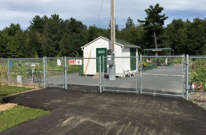 Clôture commerciale avec barrière pivotante