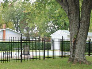 clôture, ornemental, résidentiel, cour, arrière, terrain, noir, piscine