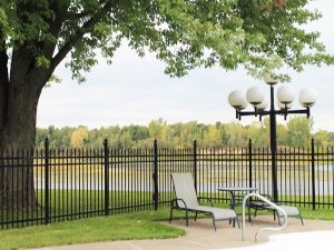 clôture, ornemental, résidentiel, cour, arrière, terrain, noir, porte, eau, sécurité