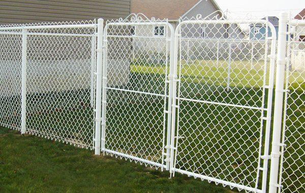 Clôture mailles de chaîne avec barrière